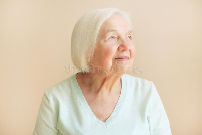 Porträt der schönen älteren Frau, die oben, Raumtext schaut lizenzfreie stockfotografie