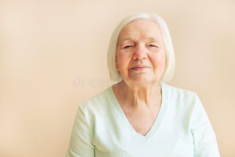 Porträt der schönen älteren Frau mit dem weißen Haar lizenzfreies stockfoto