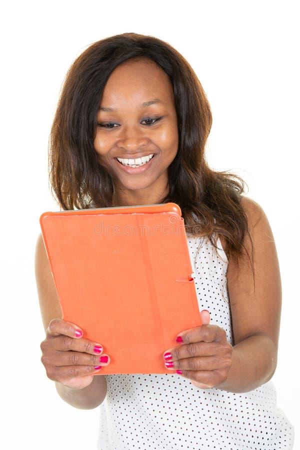 Porträt der schönen Afroamerikanerfrau froh mit elektronischer Tablette im weißen Studiohintergrund lizenzfreies stockfoto