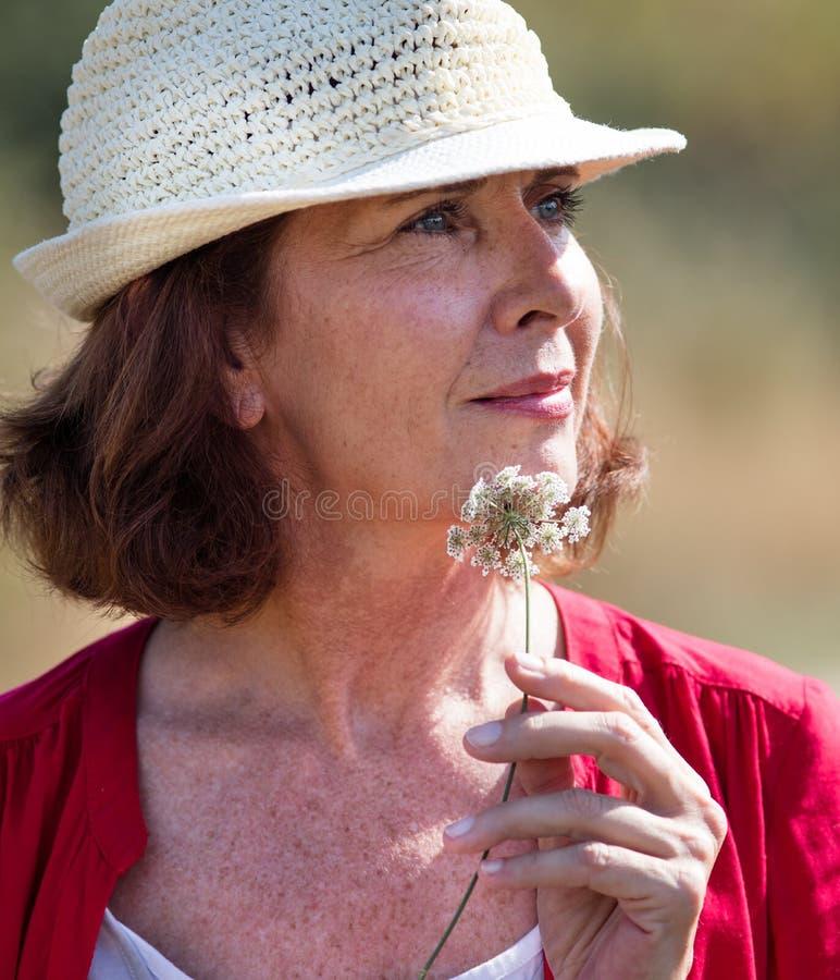 Porträt der schönen Alternfrau, die den Sommer wandert in die Landschaft genießt lizenzfreies stockfoto