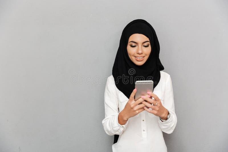 Porträt der schönen arabischen Frau Kopftuch in Lächeln und in usin stockfotografie