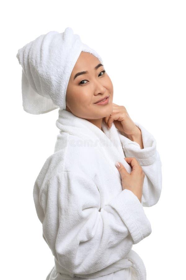 Porträt der schönen Asiatin im Bademantel auf Weiß Badekurort - 7 lizenzfreies stockbild