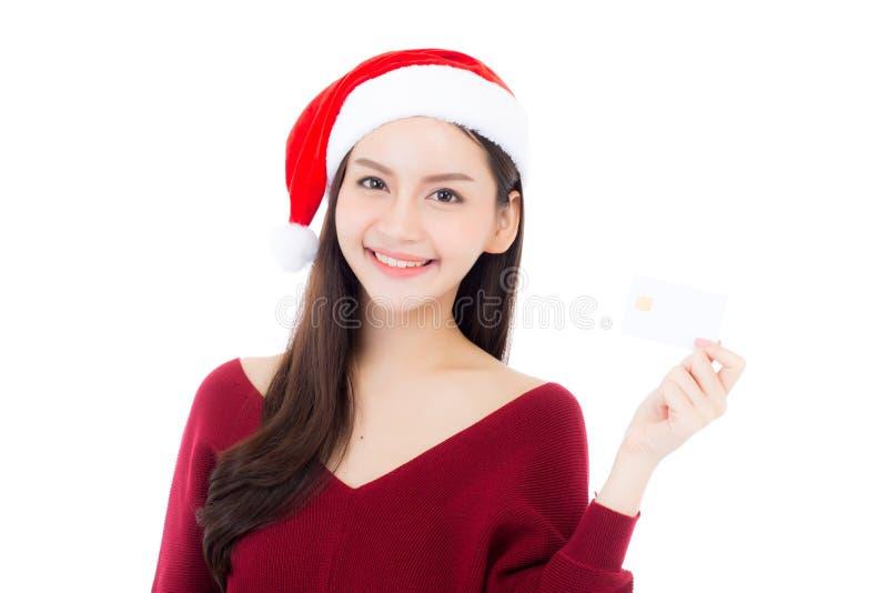Porträt der schönen asiatischen jungen Frau im Sankt-Hutlächeln, das Kreditkarte hält lizenzfreie stockfotos