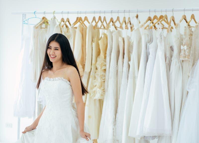 Portr?t der sch?nen asiatischen weiblichen Braut im wei?en Kleid nett und lustig, der Zeremonie, im Hochzeitstag, des gl?cklichen lizenzfreies stockfoto