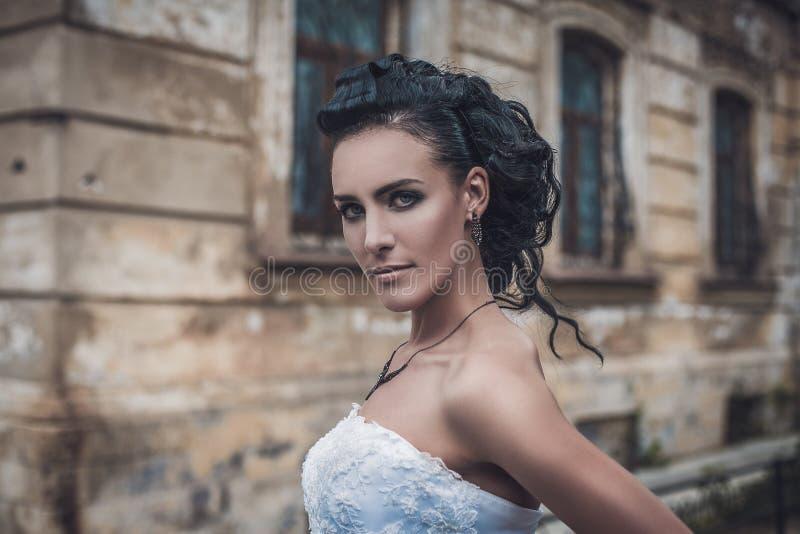 Porträt der schönen attraktiven jungen Brunettebraut stockbild