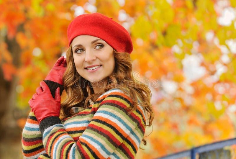Porträt der schönen attraktiven stilvollen jungen Frau in der roten Gerste stockbilder
