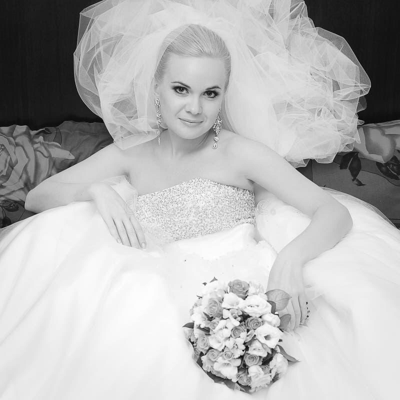 Porträt der schönen blonden Braut mit großem vapory Schleier lizenzfreie stockfotos