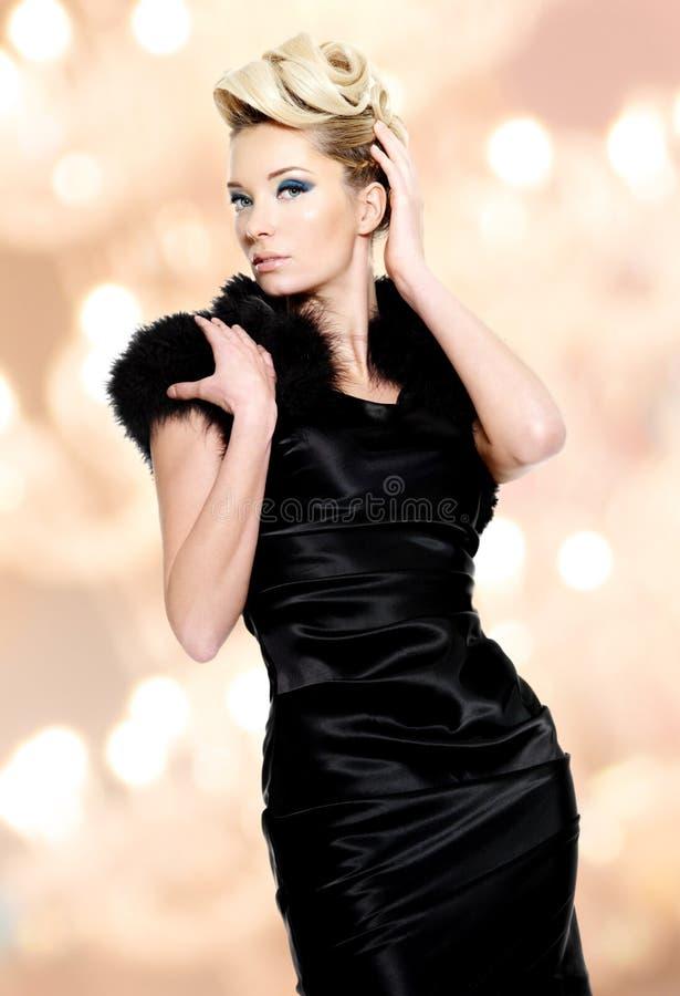 Porträt der schönen blonden Frau der Mode stockbild