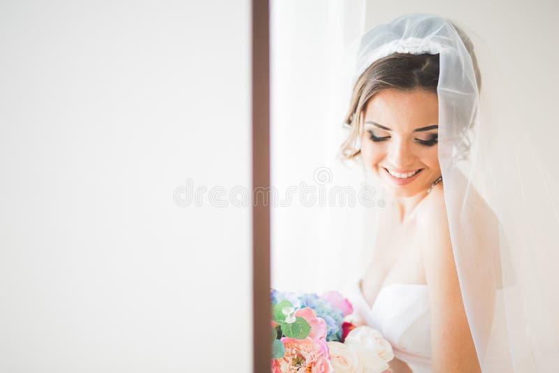 Porträt der schönen Braut mit Modeschleier am Hochzeitsmorgen lizenzfreies stockbild