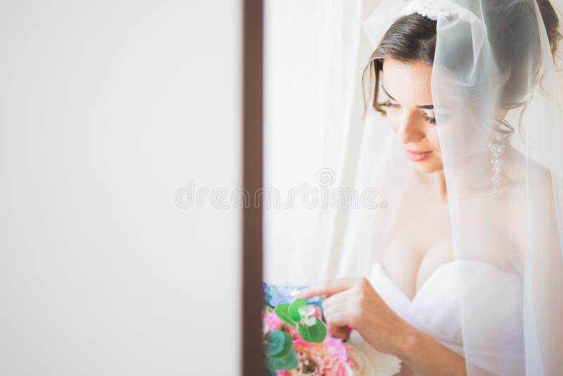 Porträt der schönen Braut mit Modeschleier am Hochzeitsmorgen lizenzfreie stockbilder
