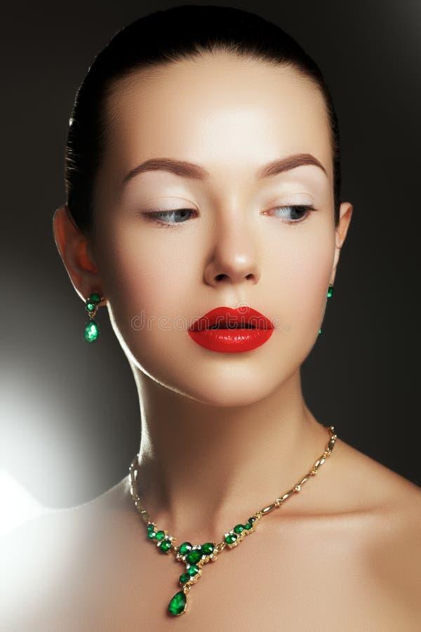 Porträt der schönen Brunettefrau Art- und Weiseportrait stockbild