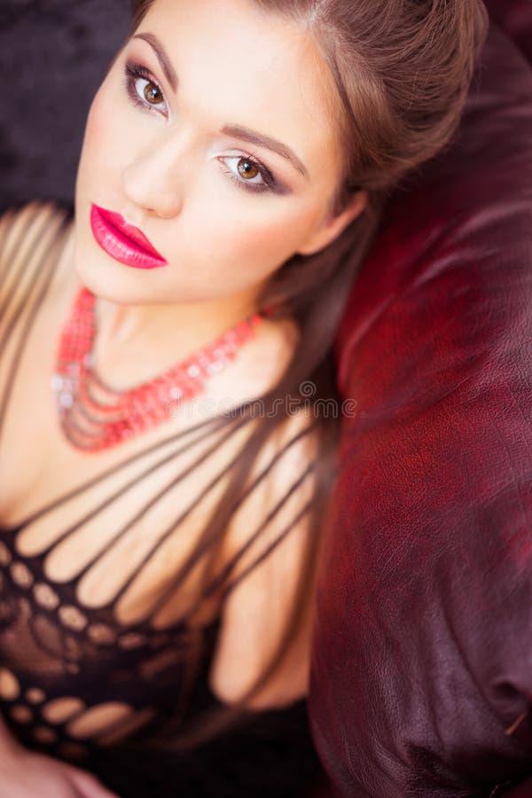 Porträt der schönen Brunettefrau in der eleganten Wäsche lizenzfreies stockbild