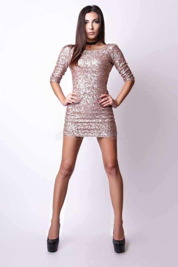 Porträt der schönen Brunettefrau im rosa Kleid Modefotoschuß lizenzfreie stockfotos