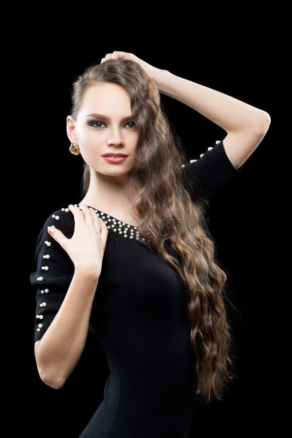 Porträt der schönen Brunettefrau im Schwarzen lizenzfreie stockbilder