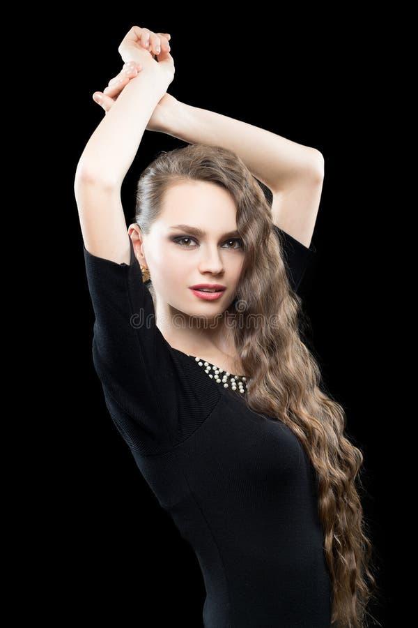 Porträt der schönen Brunettefrau im Schwarzen lizenzfreies stockfoto