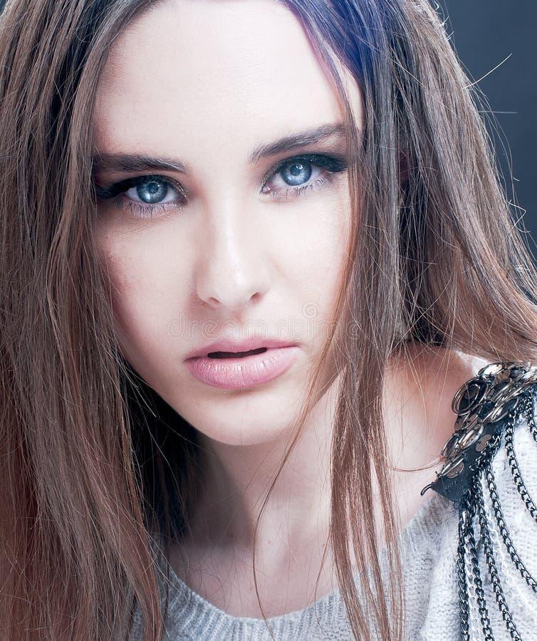 Porträt der schönen Brunettefrau mit blauen Augen lizenzfreies stockbild