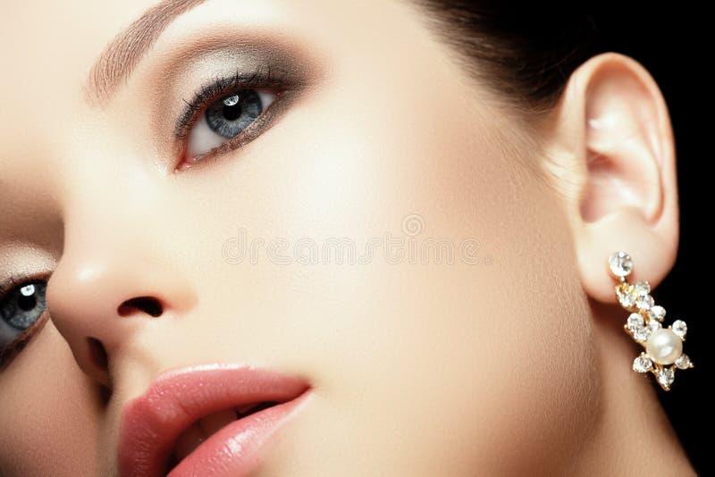 Porträt der schönen Brunettefrau Mode-Porträt der schönen Luxusfrau mit Schmuck lizenzfreies stockbild