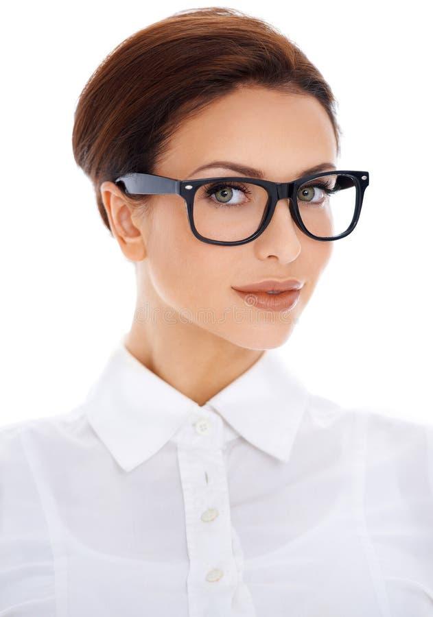 Porträt der schönen Frau in den Gläsern lizenzfreie stockfotografie