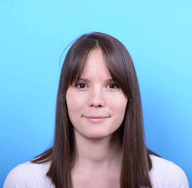 Porträt der schönen glücklichen Frau gegen blauen Hintergrund lizenzfreie stockbilder