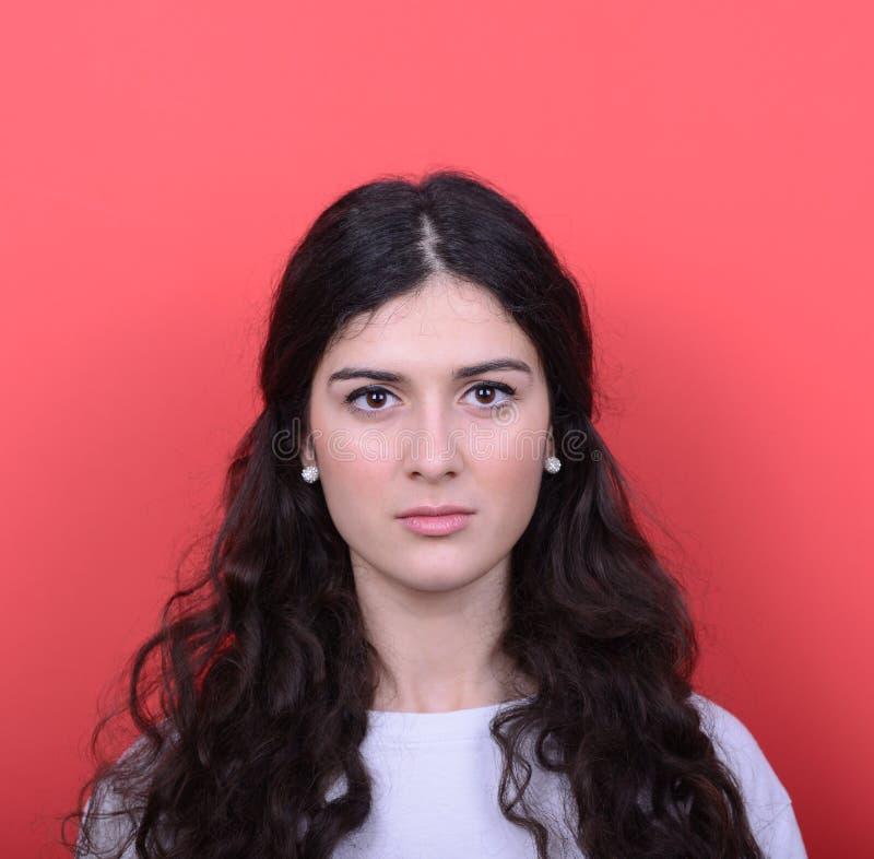 Porträt der schönen glücklichen Frau gegen roten Hintergrund stockbilder