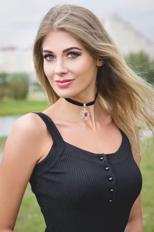 Porträt der schönen jungen blonden Frau draußen stockfotografie