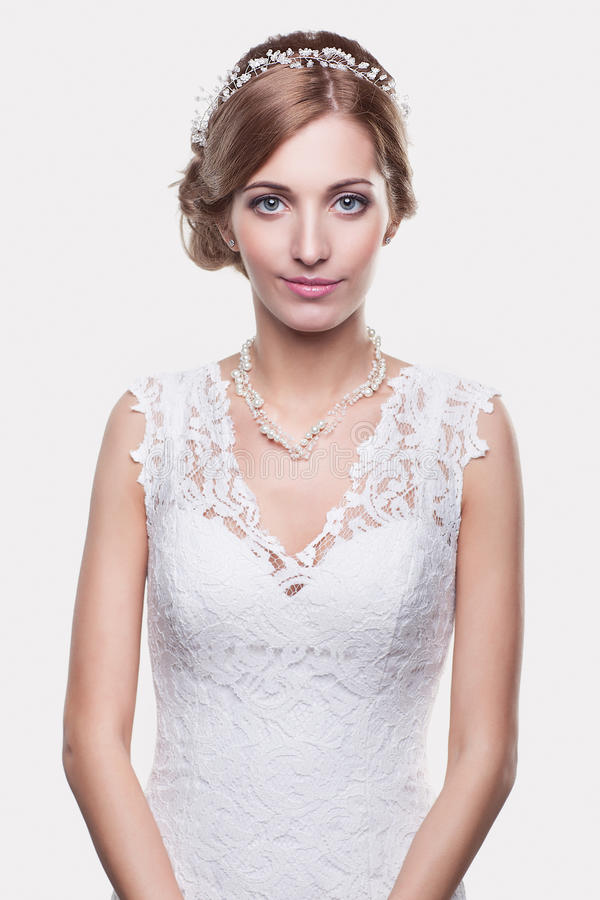 Porträt der schönen jungen Blondinebraut in der weißen Hochzeit stockbild