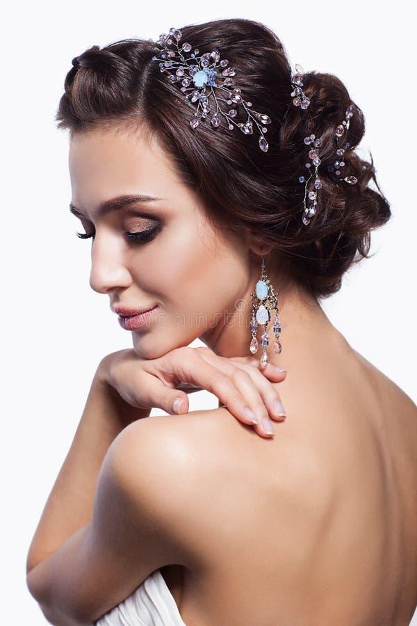 Porträt der schönen jungen Brunettefrau mit der Hand nahe Gesicht stockfoto