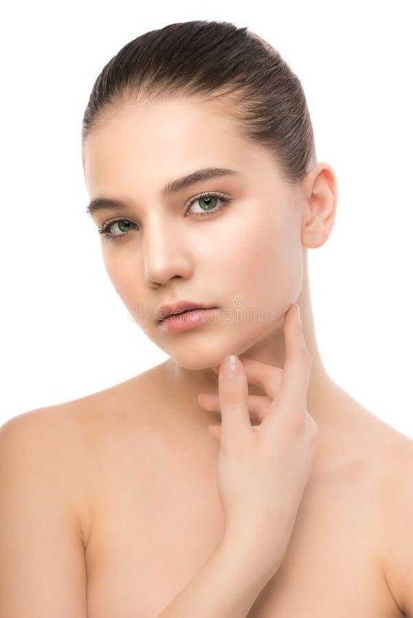 Porträt der schönen jungen Brunettefrau mit sauberem Gesicht Getrennt auf einem Weiß lizenzfreie stockbilder