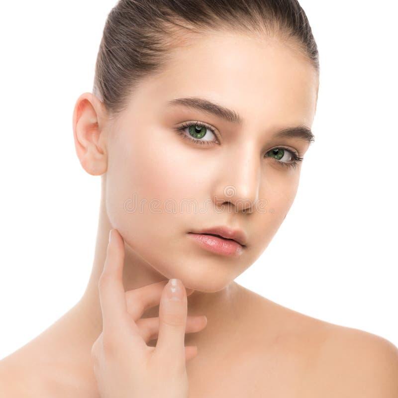 Porträt der schönen jungen Brunettefrau mit sauberem Gesicht Getrennt auf einem Weiß stockbild