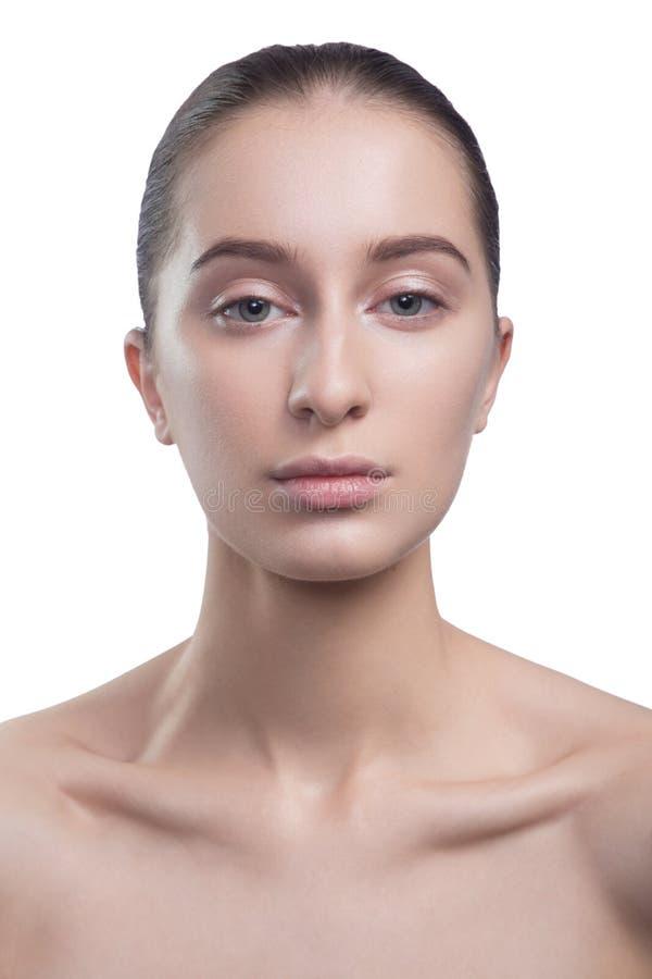 Porträt der schönen jungen Brunettefrau mit sauberem Gesicht Schönheitsbadekurort-Modellmädchen mit perfekter frischer sauberer H stockbild