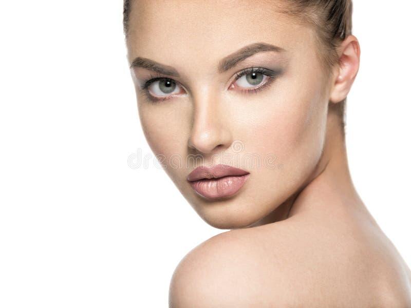 Porträt der schönen jungen Brunettefrau mit Schönheitsgesicht stockfotos