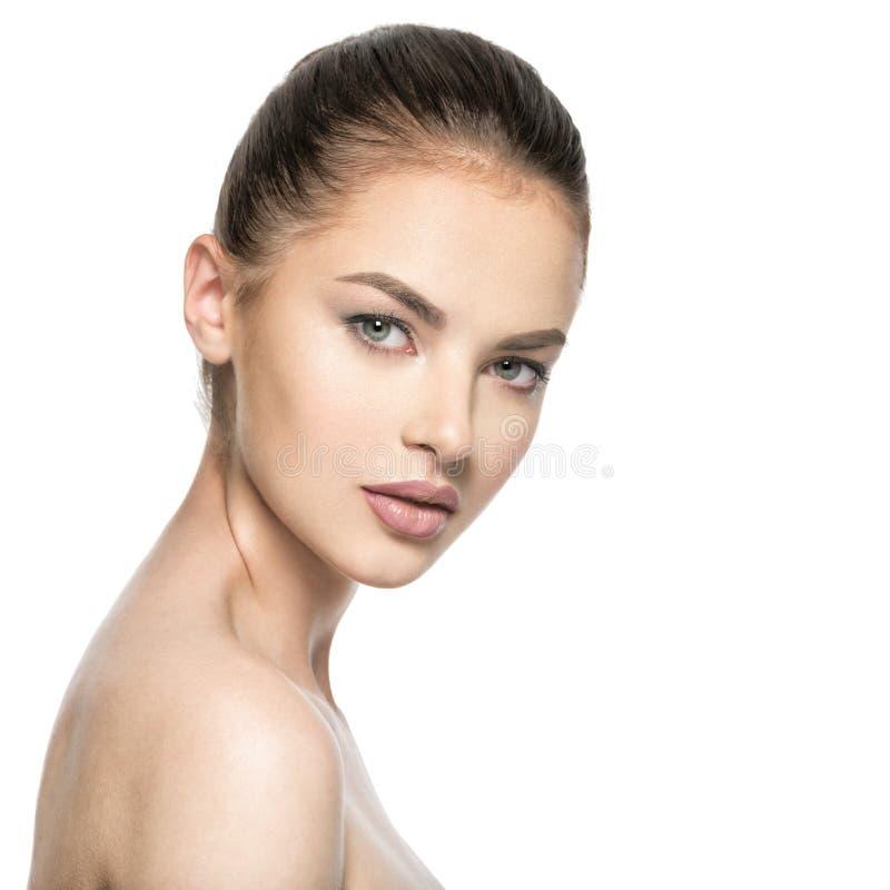 Porträt der schönen jungen Brunettefrau mit Schönheitsgesicht lizenzfreie stockfotografie