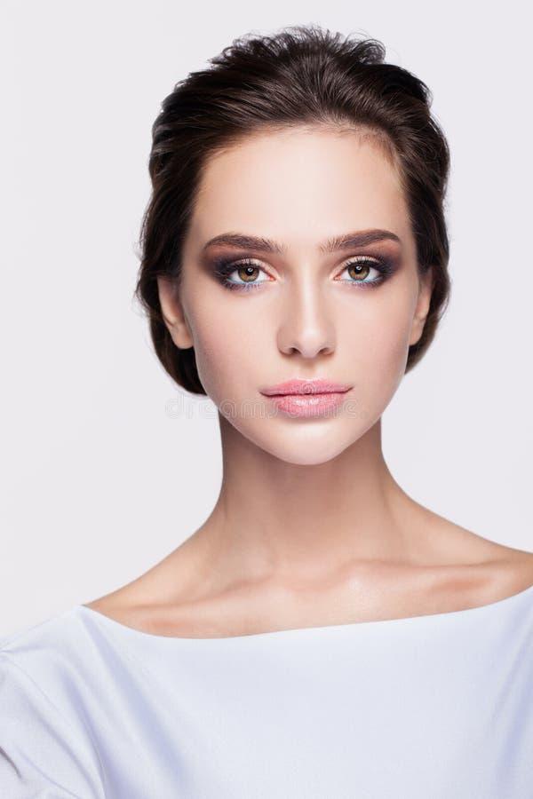 Porträt der schönen jungen Brunettefrauenbraut im weißen Kleid stockbild