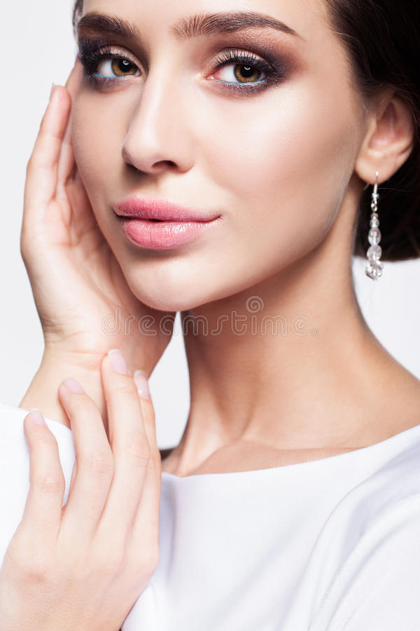Porträt der schönen jungen Brunettefrauenbraut in weißem Weddin lizenzfreie stockbilder