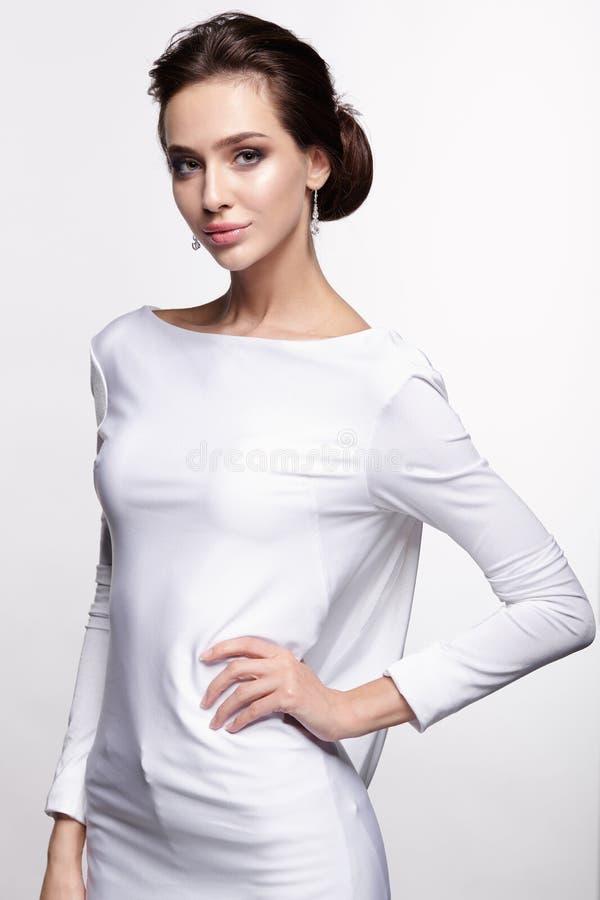 Porträt der schönen jungen Brunettefrauenbraut in weißem Weddin stockfotos