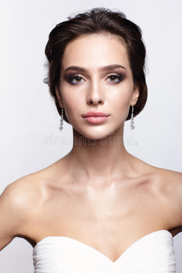 Porträt der schönen jungen Brunettefrauenbraut in weißem Weddin stockfotografie