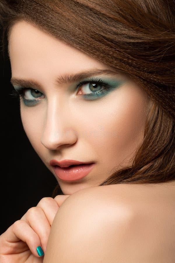 Porträt der schönen jungen Frau stockfotografie