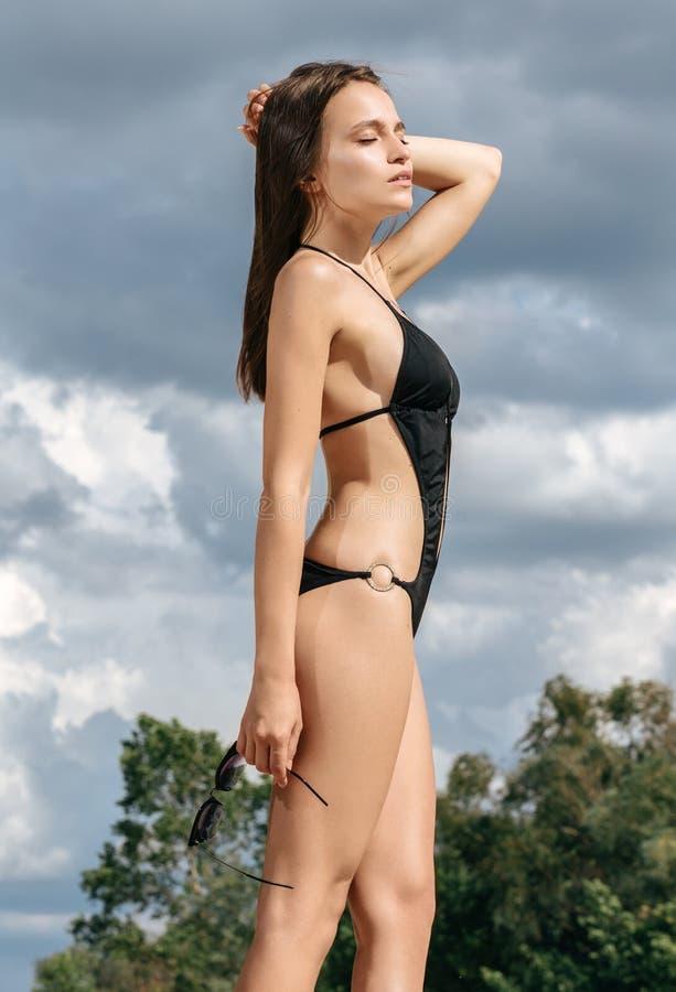 Porträt der schönen jungen Frau auf den Strandferien f habend stockfotografie