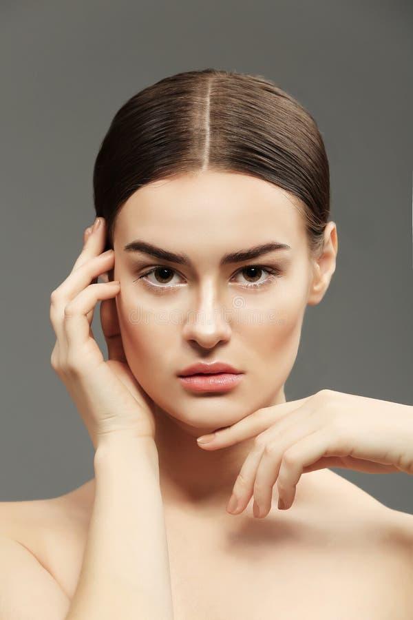 Porträt der schönen jungen Frau auf Farbhintergrund stockbild