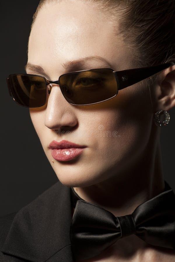 Porträt der schönen jungen Frau in der Sonnenbrille mit Schmetterling O stockbild