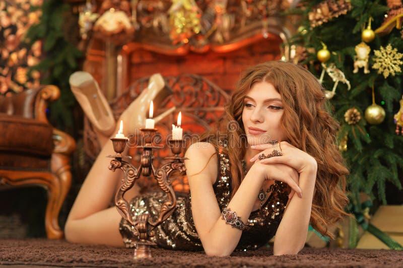Porträt der schönen jungen Frau, die auf Boden liegt lizenzfreies stockbild