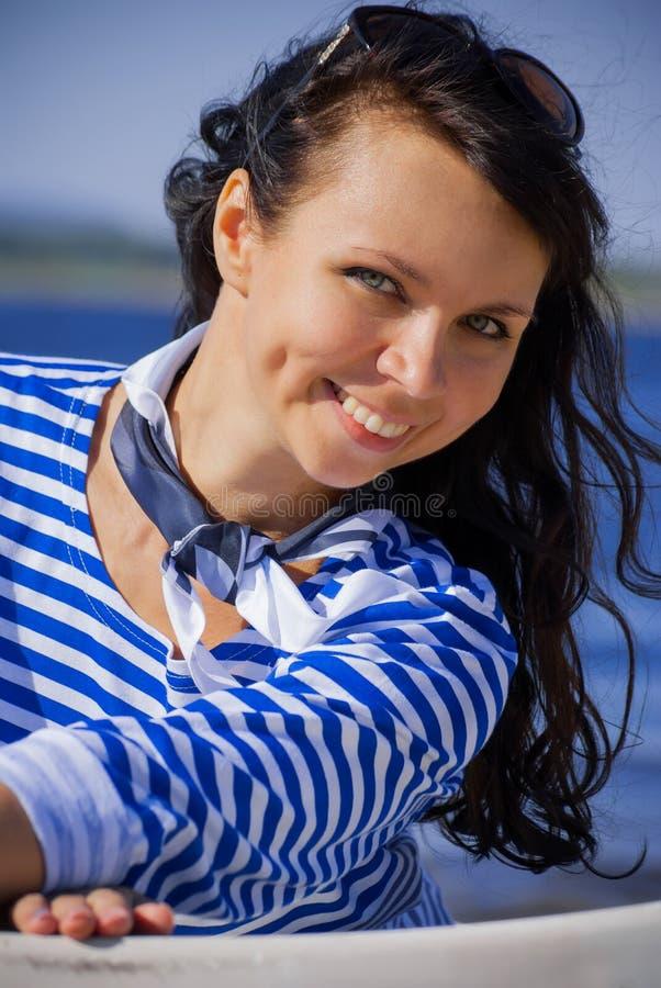 Porträt der schönen jungen Frau, die ein gestreiftes Hemd trägt stockfotografie