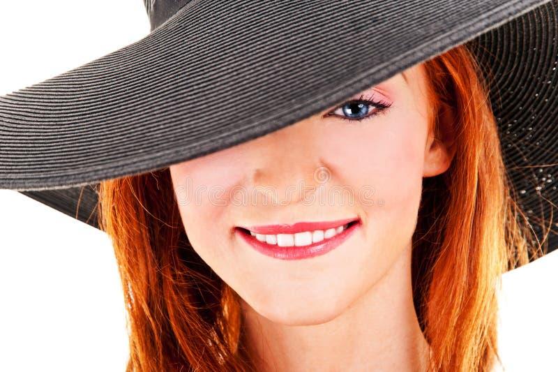 Porträt der schönen jungen Frau, die schwarzen Hut trägt stockfoto