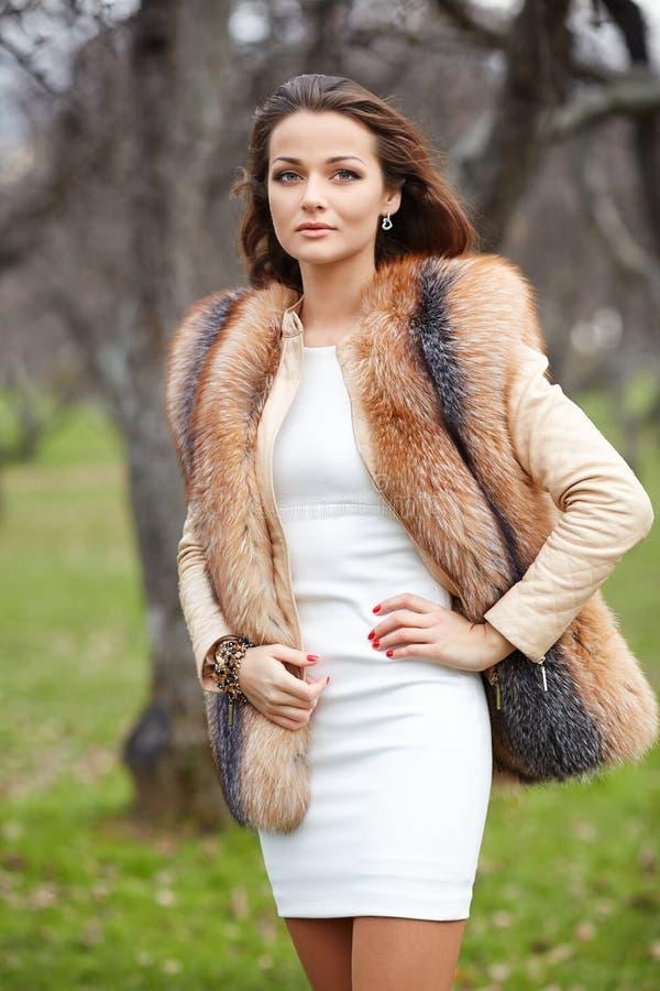 Porträt der schönen jungen Frau im Pelz stockfotografie