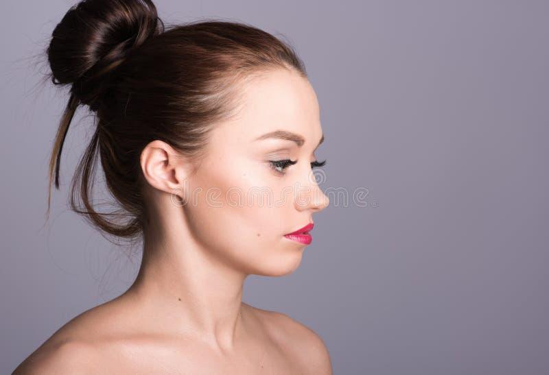 Porträt der schönen jungen Frau im Profil Die Art des Haares stockfotos