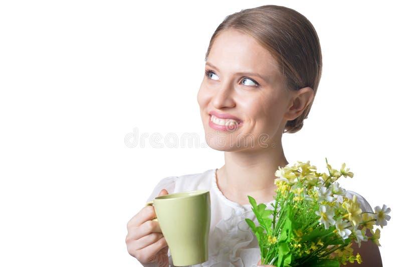 Porträt der schönen jungen Frau mit Blumen auf weißem Hintergrund stockfotografie
