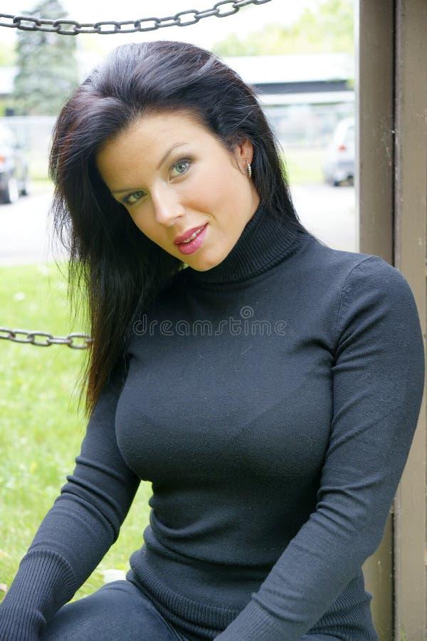 Porträt der schönen jungen Frau mit dem schwarzen Haar stockfotografie