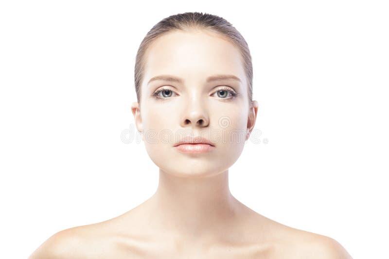 Porträt der schönen jungen Frau mit der sauberen Haut lokalisiert stockfoto