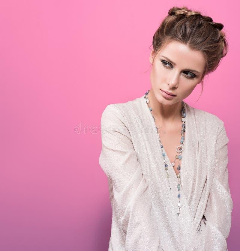 Porträt der schönen jungen Frau mit einem freien Raum Die Mädchenstarren zur Seite lizenzfreies stockfoto