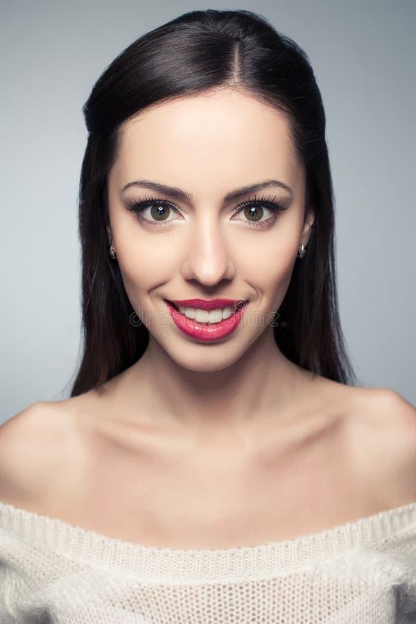 Porträt der schönen jungen Frau mit großem weißem glänzendem Lächeln stockfoto